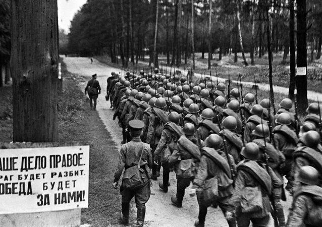 Colunas de combatentes se dirigem à frente de batalha a partir de Moscou, 23 de junho de 1941
