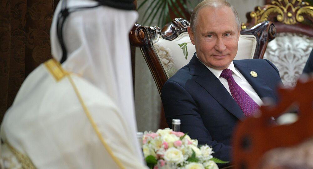 Presidente russo, Vladimir Putin, e emir do Qatar, Tamim bin Hamad Al-Thani, durante reunião