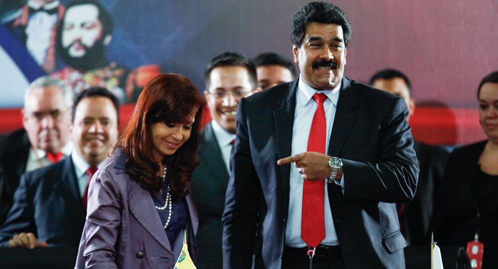 A presidente argentina,  Cristina Kirchner, e o presidente Venezuelano, Nicolás Maduro, durante encontro do Mercosul em Caracas, em julho de 2014