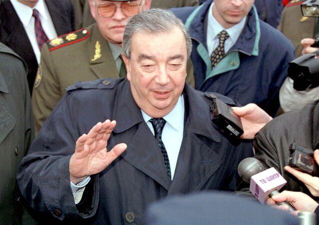 Primeiro-ministro Yevgeny Primakov fala com imprensa no aeroporto, após desembarcar em Belgrado 30 de março de 1999