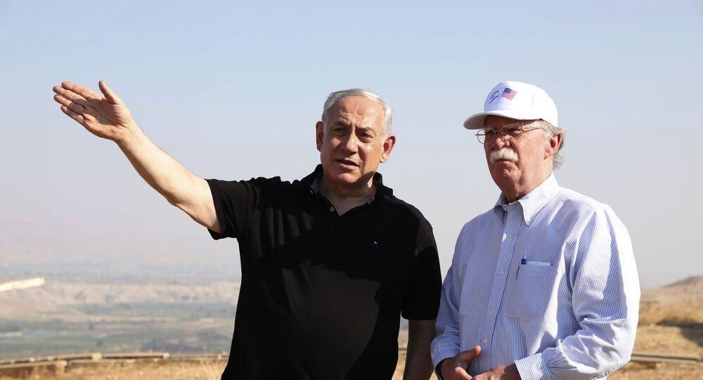 Premiê de Israel, Benjamin Netanyahu, com o ex-assessor de Segurança Nacional dos EUA John Bolton, no Vale do Jordão (arquivo)