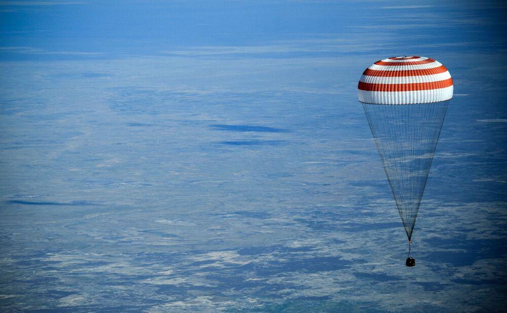 Cápsula de retorno da nave espacial tripulada Soyuz MS-11 durante o pouso perto da cidade de Zhezkazgan, no Cazaquistão