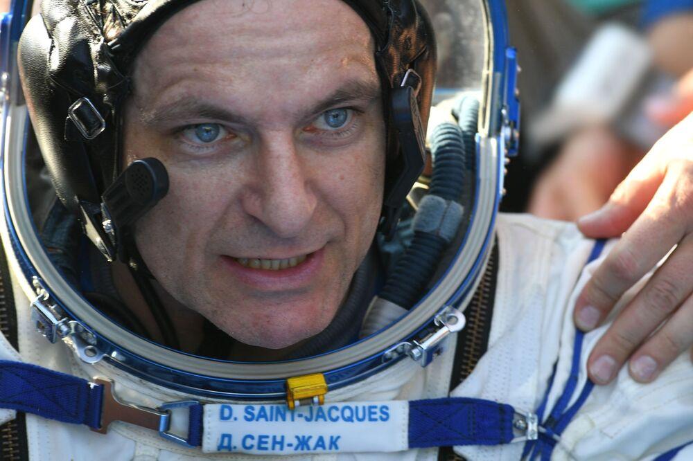 Astronauta da Agência Espacial Canadense, David Saint-Jacques, depois do pouso perto da cidade de Zhezkazgan, no Cazaquistão