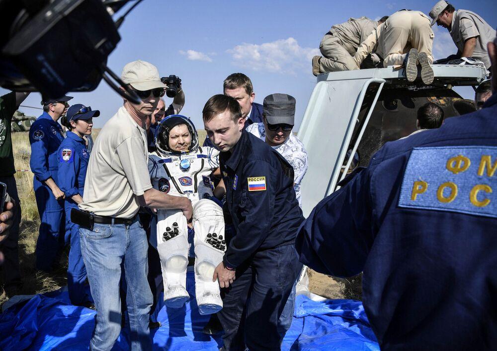 Cosmonauta russo Oleg Kononenko depois do pouso em uma região remota do Cazaquistão