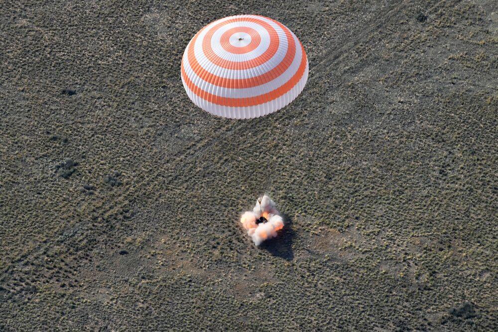 Pouso da cápsula de retorno da nave espacial tripulada Soyuz MS-11 com a equipe internacional da Expedição 59 perto da cidade de Zhezkazgan, no Cazaquistão