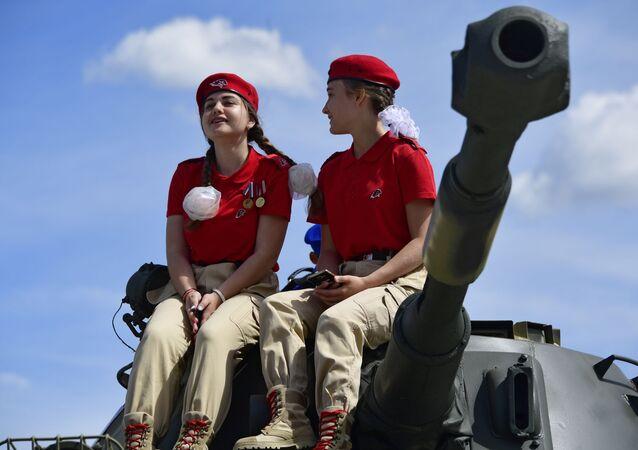 Duas meninas do movimento patriótico-militar Yunarmiya no fórum internacional técnico-militar EXÉRCITO 2019