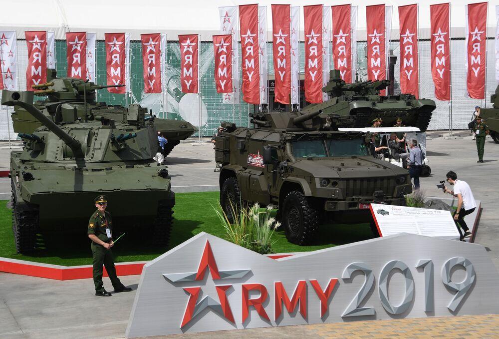Canhão autopropulsado 2S42 Lotos, de calibre 120 mm, e morteiro autopropulsado Drok na base do carro blindado Tigr-M, exibidos no fórum internacional técnico-militar EXÉRCITO 2019