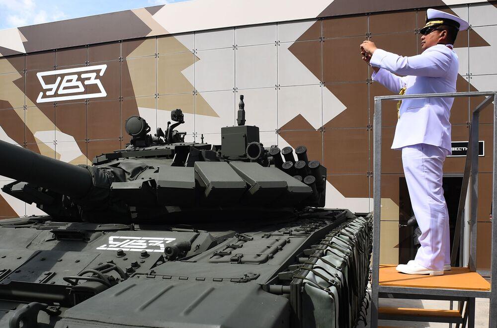 Militar estrangeiro fotografa tanque de guerra T-72 no fórum internacional técnico-militar EXÉRCITO 2019