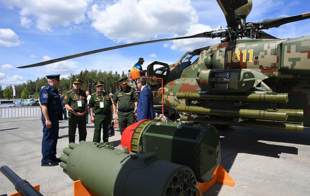 Militares perto de armamento do helicóptero de ataque Mi-28NE no fórum internacional técnico-militar EXÉRCITO 2019