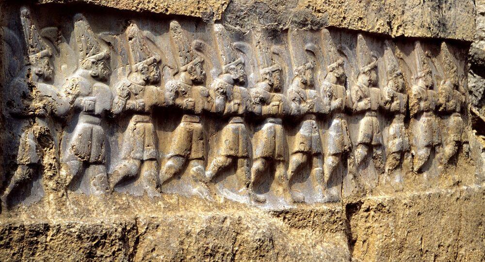 Entalhe representando os 12 deuses no santuário hitita
