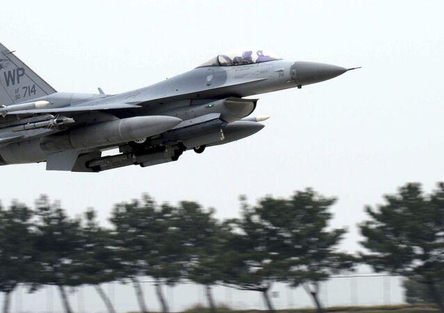 Caça norte-americano F-16 Fighting Falcon (imagem de arquivo)