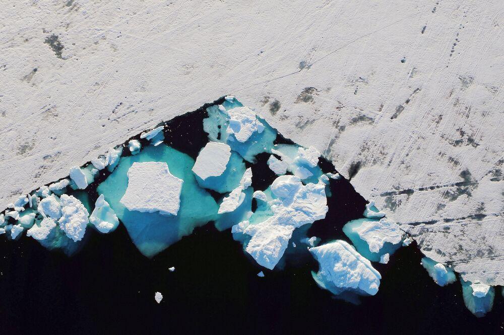Iceberg em fiorde perto da cidade de Tasiilaq, na Groenlândia