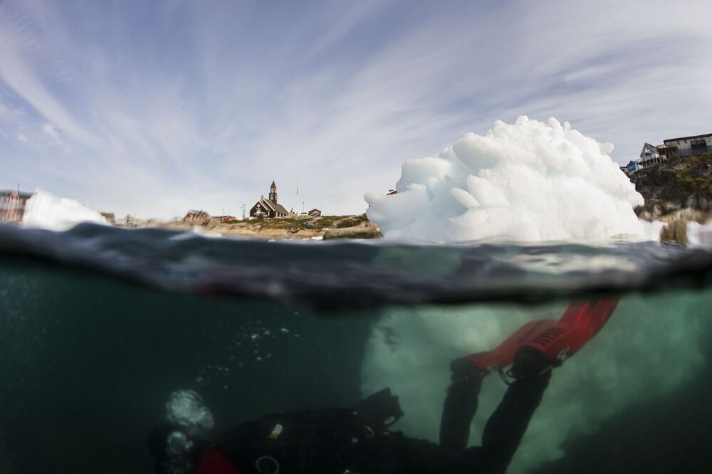 Mergulho sob a superfície de gelo para pesquisar a calota de gelo da Groenlândia