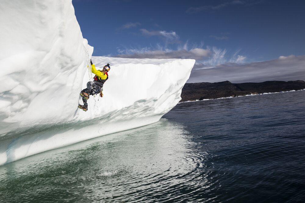 Naturalista do Canadá, Will Gadd, durante os mergulhos que visam pesquisar a calota de gelo da Groenlândia