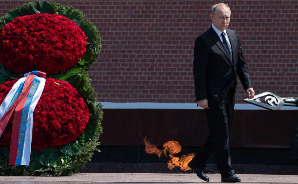 Presidente russo Vladimir Putin deposita flores no Túmulo do Soldado Desconhecido em comemoração do início da Grande Guerra pela Pátria (parte da Segunda Guerra Mundial, compreendida entre 22 de junho de 1941 e 9 de maio de 1945)