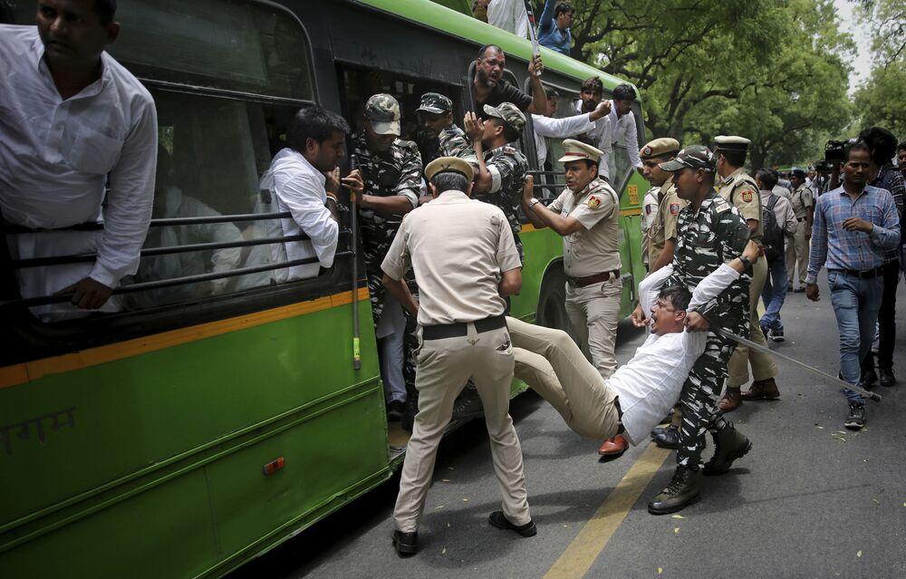 Polícia indiana detêm manifestantes que protestam após um surto de encefalite ter matado mais de 100 crianças