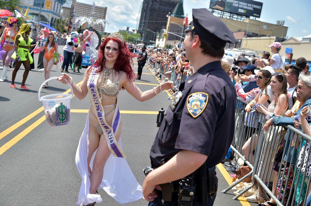 Participantes do Desfile de Sereias de Coney Island, em Nova York