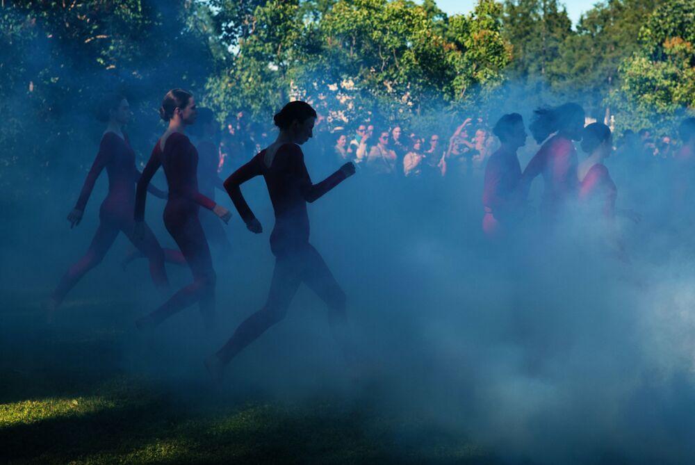 Modelos participam de desfile em Tsarskoye Selo, próximo de São Petersburgo