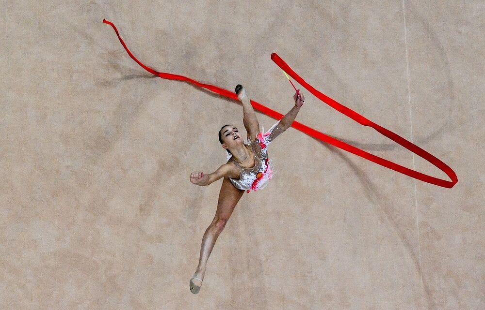 Ginasta russa Dina Averina executa exercícios com fita durante os Segundos Jogos Europeus em Minsk