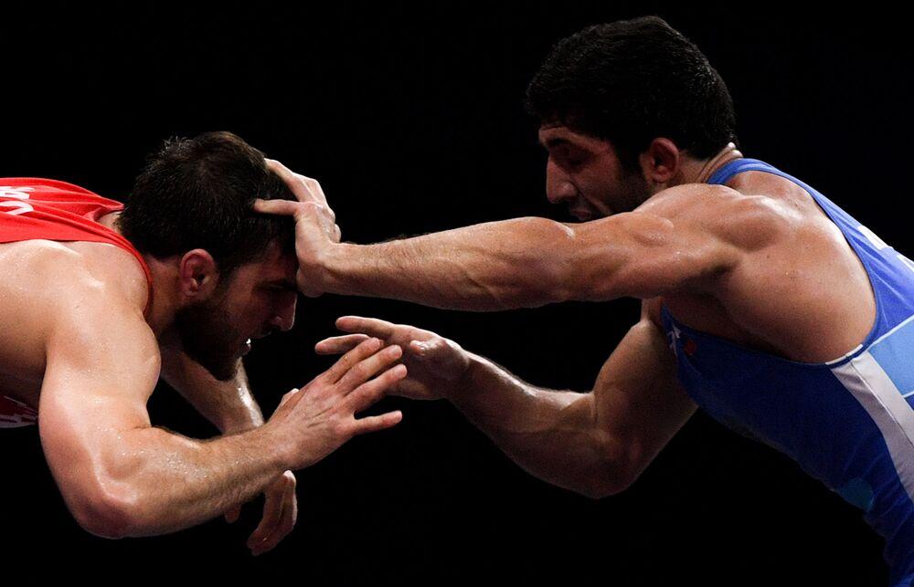 Atletas de luta livre - o bielorrusso Ali Shabanov e o russo Dauren Kurugliev - durante os Segundos Jogos Europeus em Minsk