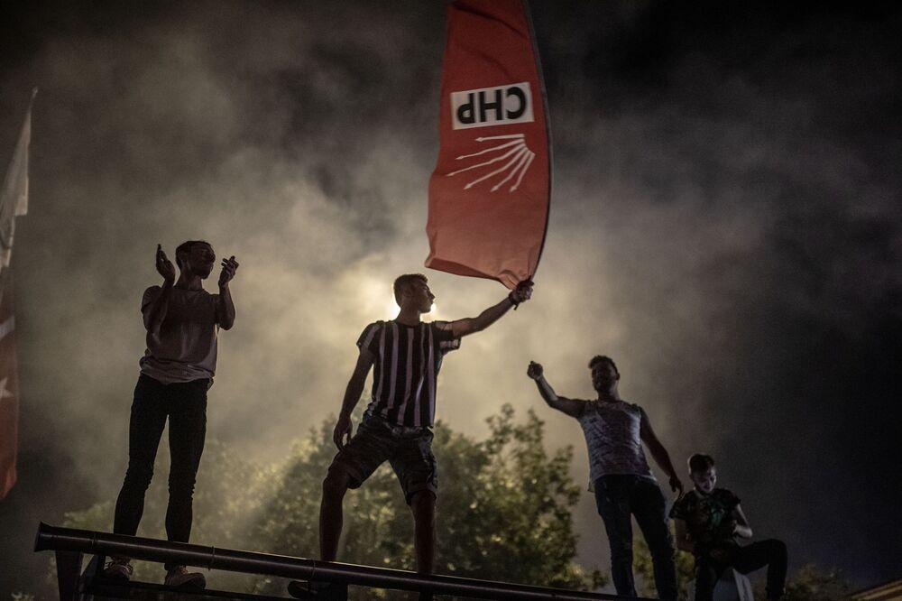 Pessoas celebram após a repetição da eleição para a prefeitura de Istambul, Turquia