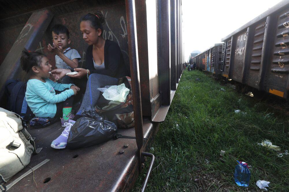 Migrantes mexicanos em trem de carga no estado de Chiapas a caminho do norte