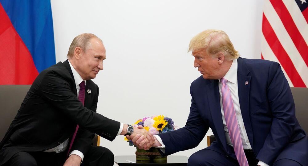 Presidente russo Vladimir Putin e o líder dos EUA Donald Trump se cumprimentam durante encontro bilateral no G20, no Japão