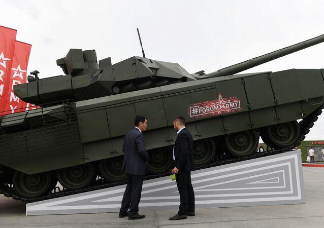 Visitantes do fórum EXÉRCITO 2019 examinam tanque russo T-14 Armata