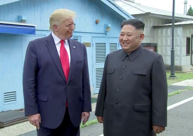 Presidente americano Donald Trump e o líder norte-coreano Kim Jong-un na zona desmilitarizada da Coreia, 30 de junho de 2019