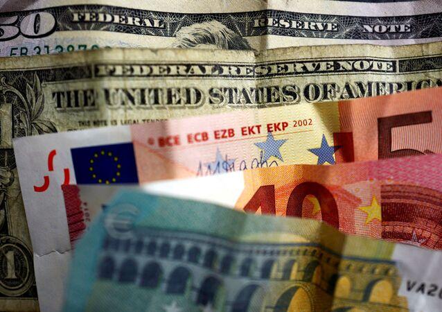 Cédulas de dólar e euro