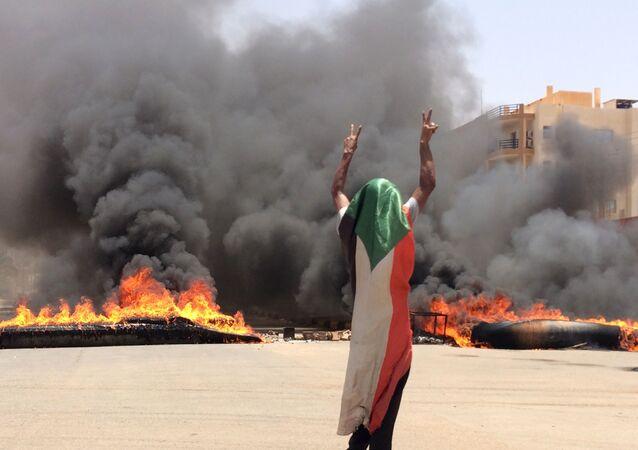 Manifestante na capital do Sudão, Cartum, em 03 de junho de 2019
