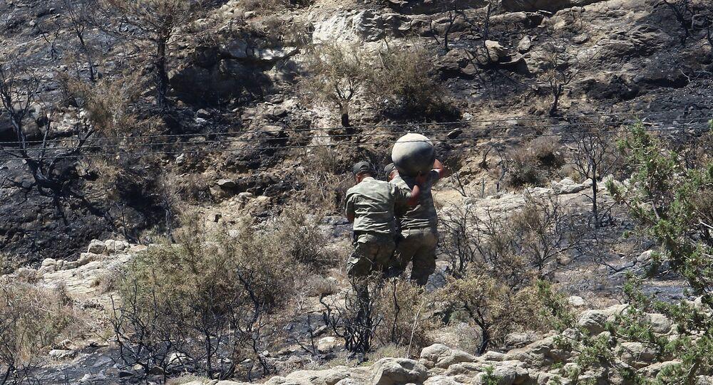 Militar transportando míssil em Tashkent, no Chipre do Norte