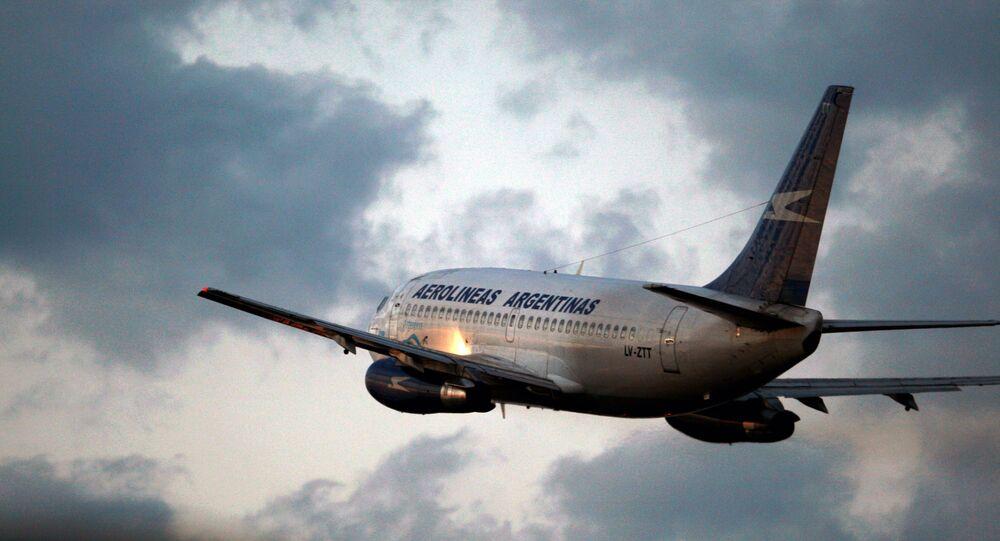 Avião da Aerolíneas Argentinas decolando de aeroporto em Buenos Aires