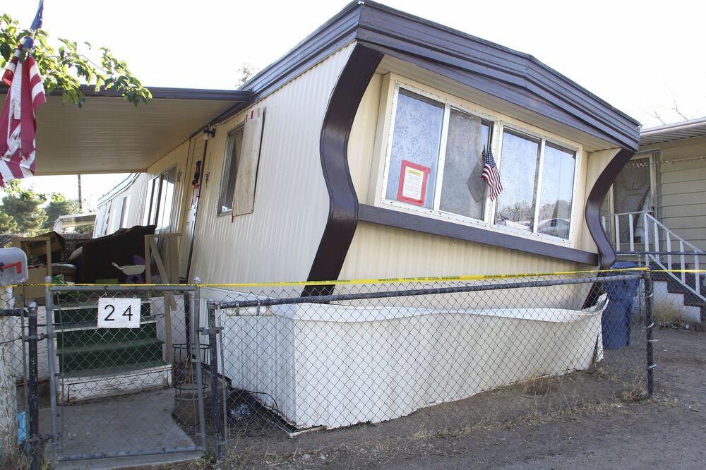 Trailer em Ridgecrest danificado pelo terremoto mais forte dos últimos 25 anos na Califórnia