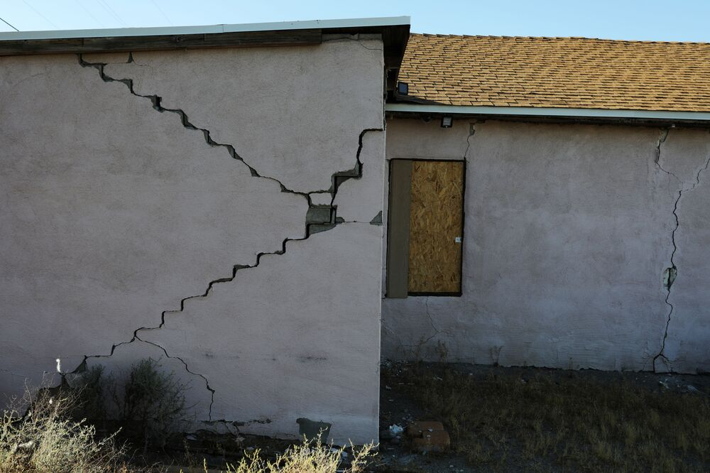 Casa ganha rachaduras com passagem de terremoto pela Califórnia
