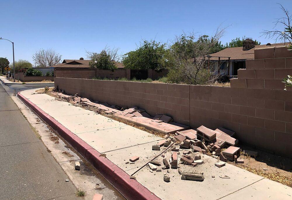 Muro destruído por terremoto