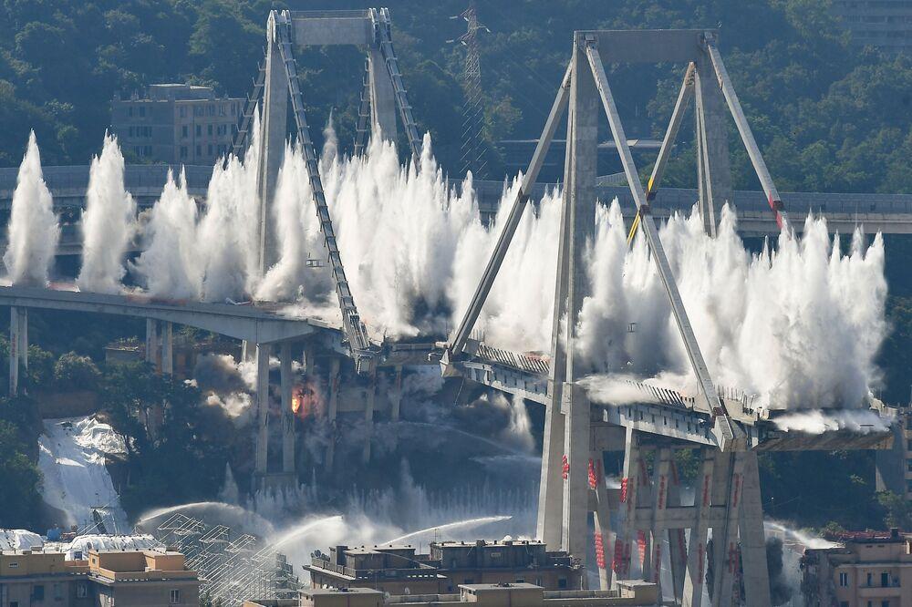 Explosivos são detonados para fazer implodir a ponte Morandi em Gênova, Itália