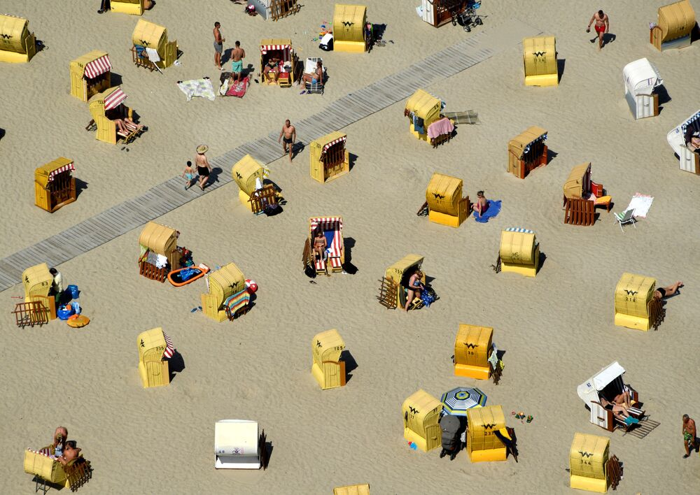 Turistas na praia de Travemunde no mar Báltico, no norte da Alemanha