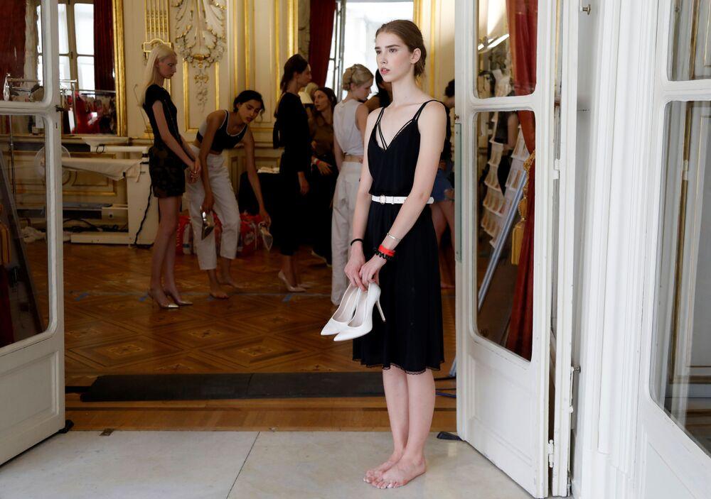 Modelos em ensaio antes do desfile de Tamara Ralph e Michael Russo na Paris Fashion Week