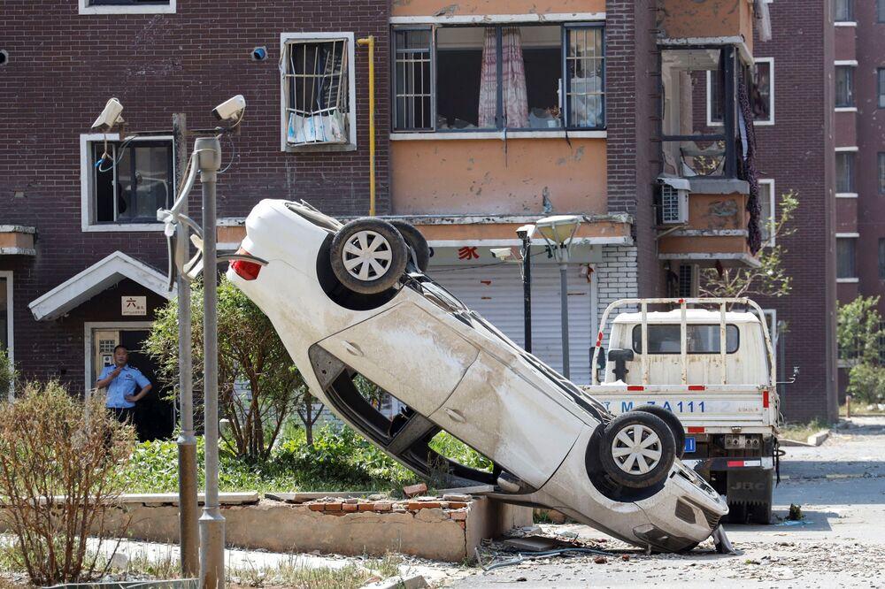 Carro capotado em uma rua após o tornado ocorrido no município de Kaiyuan, na China