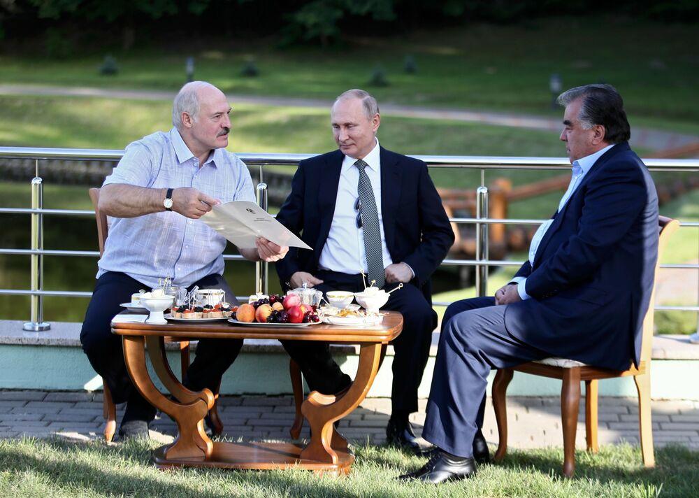 Presidente russo Vladimir Putin, junto com o presidente do Tajiquistão, Emomali Rahmon, durante reunião informal em uma residência em Minsk, Bielorrússia
