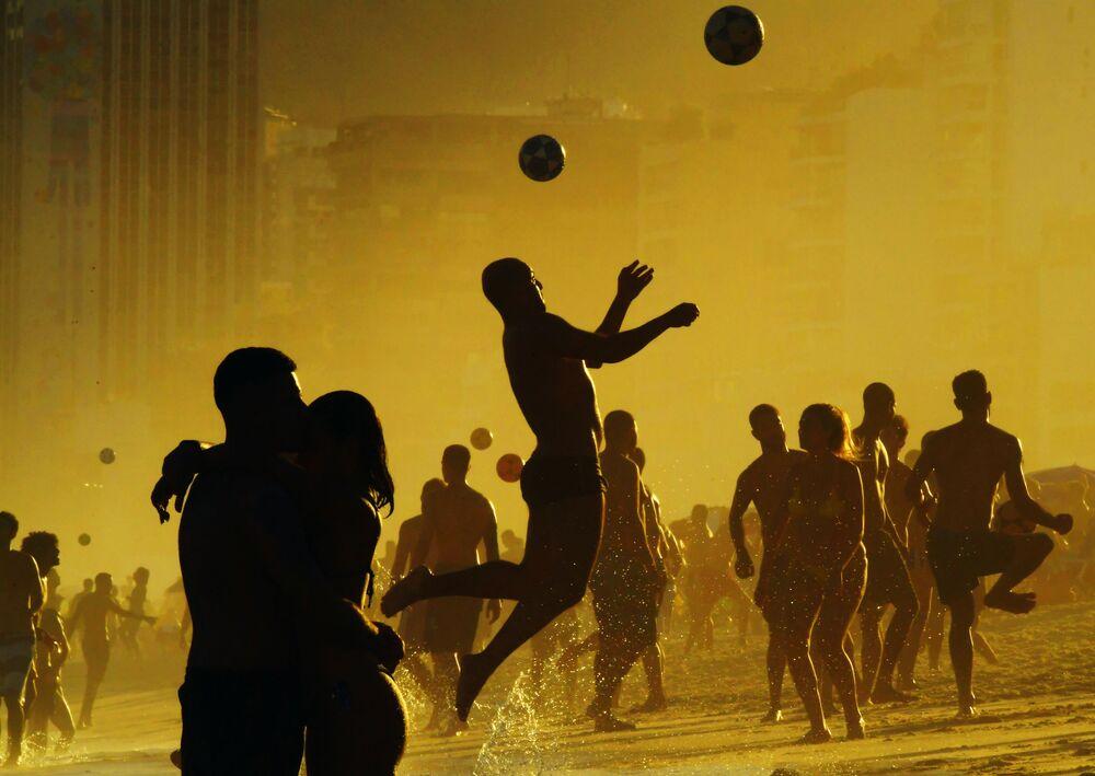 Turistas jogam futebol na praia de Ipanema durante Copa América 2019, no Rio de Janeiro, Brasil