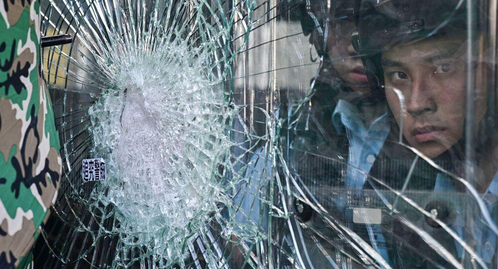 Policiais durante protestos antigovernamentais em Hong Kong (arquivo)