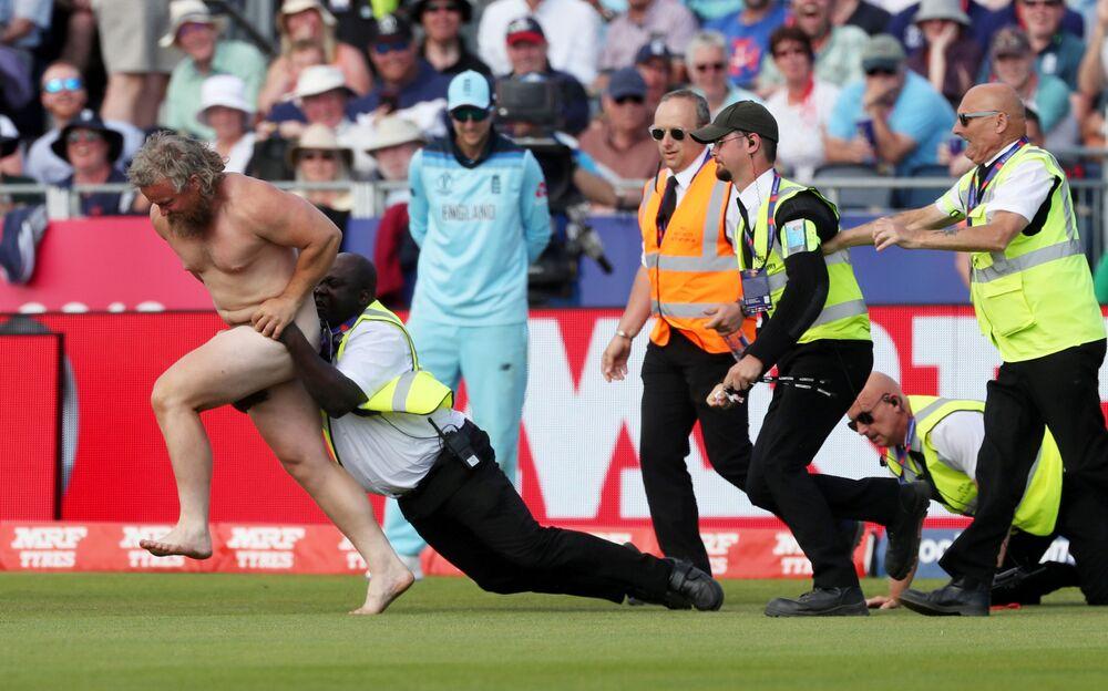 Agentes de segurança tentam prender homem nu correndo pelo campo durante partida de críquete entre Inglaterra e Nova Zelândia