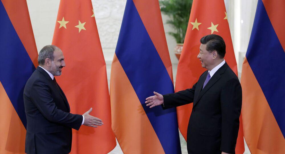 O presidente da China, Xi Jinping, em encontro com o primeiro-ministro da Armênia, Nikol Pashnyan, em Pequim.