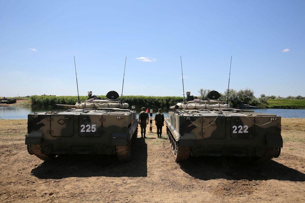 Veículos blindados de transporte de tropas BMP-3 realizam manobras no rio Karpovka durante demonstração no polígono militar Prudboi, no Distrito Militar Sul, região de Volgogrado