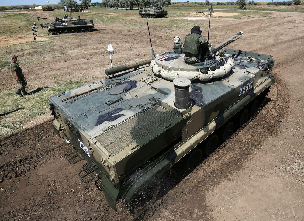 Veículos blindados de transporte de tropas BMP-3 realizam manobras táticas no rio Karpovka durante demonstração no polígono militar Prudboi do Distrito Militar Sul, região de Volgogrado