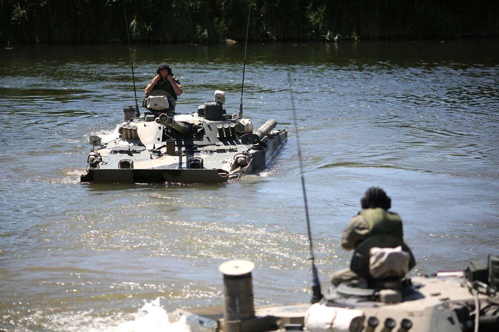 Veículos blindados de transporte de tropas BMP-3 realizam manobras táticas no rio Karpovka durante demonstração no polígono militar Prudboi, no Distrito Militar Sul, região de Volgogrado