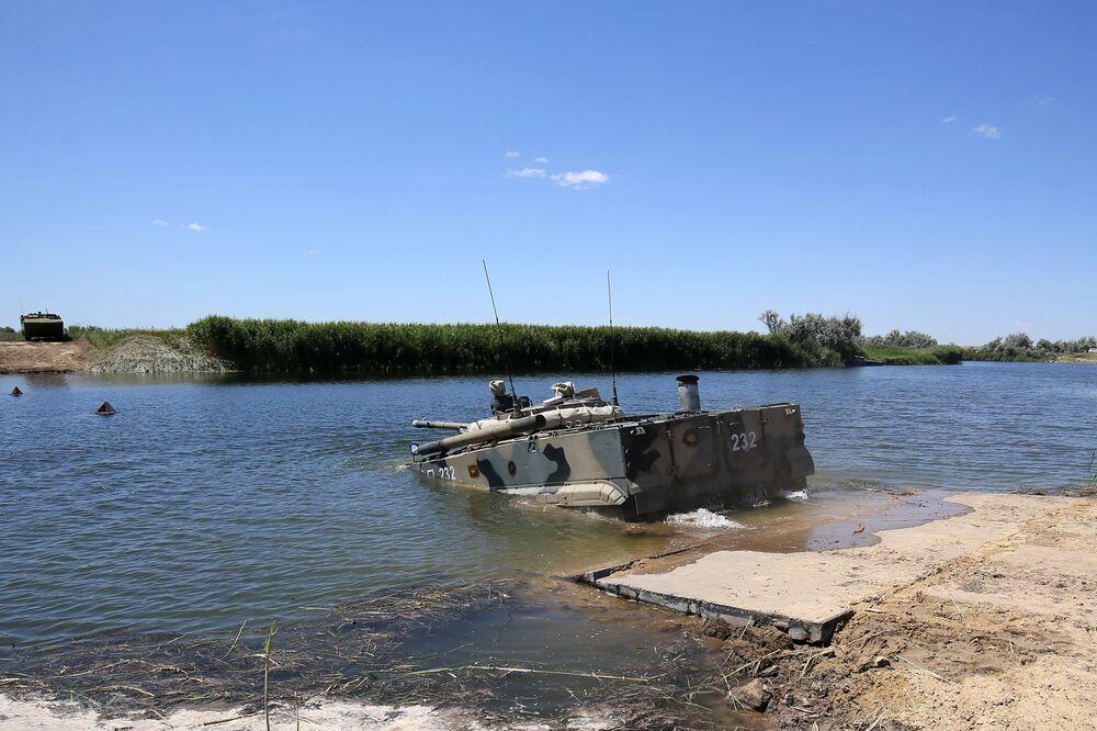 Veículo blindado de transporte de tropas BMP-3 entra na água durante demonstração no polígono militar Prudboi, no Distrito Militar Sul, região de Volgogrado