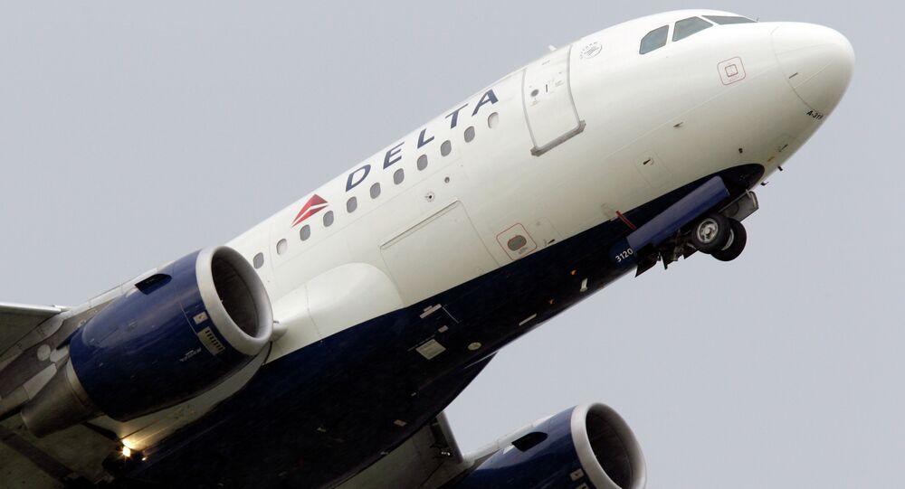 Avião da Delta Airlines descola no Aeroporto Metropolitano de Detroit, em Michigan, EUA
